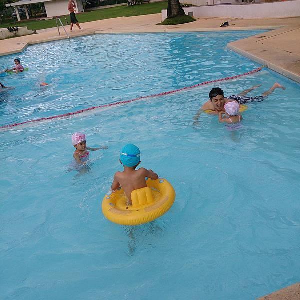 爸爸帶三小游泳池裡