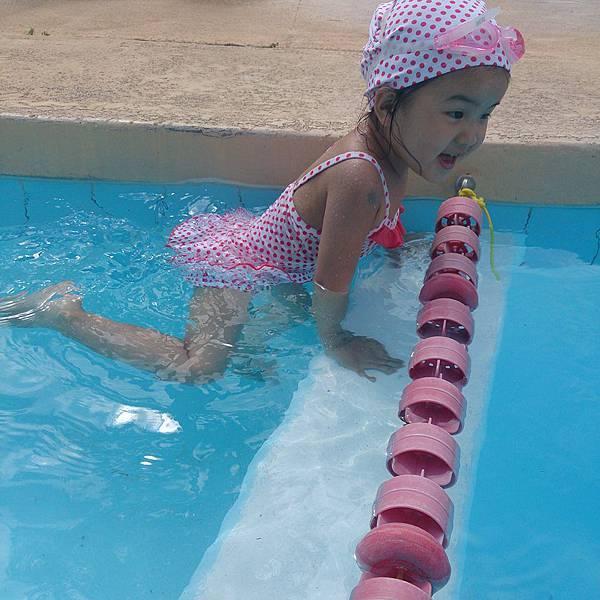小妞泳池裡