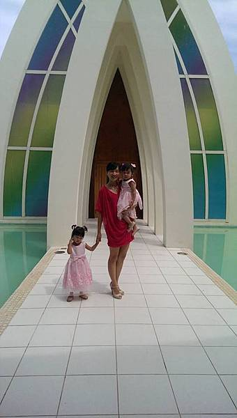 LISA抱兩妞教堂口