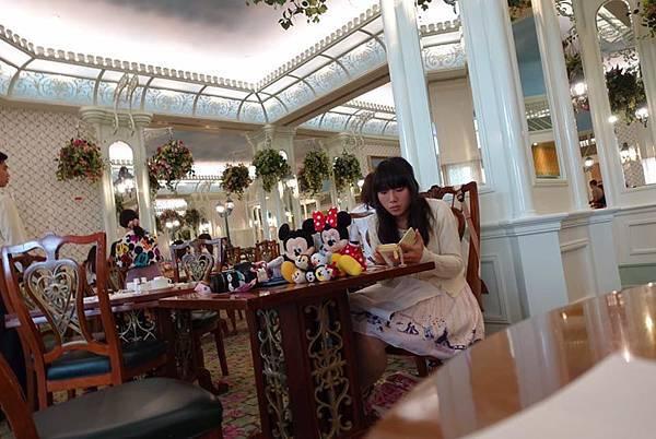 米老鼠娃娃和日本女孩.jpg