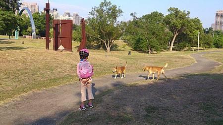 小敏騎單車遇到狗