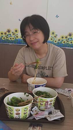 1020616去7-11吃不健康早餐(泡麵與燙青菜)2