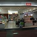 到達羽田機場 商店外面擺著企鵝 表示可以用SUICA卡付錢