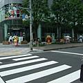 往飯店的路上 有一家BANDAI公司 外面擺很多卡通人物