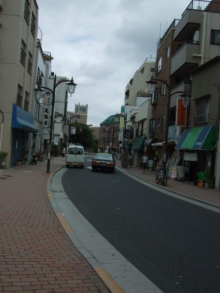 這是往早稻田正門的一條商店街 有便宜的餐廳