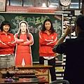 可以穿紅色運動外套跟仲間的牌子照相