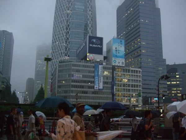 煙雨濛濛的新宿站口外