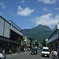 好漂亮的藍天高山與街道