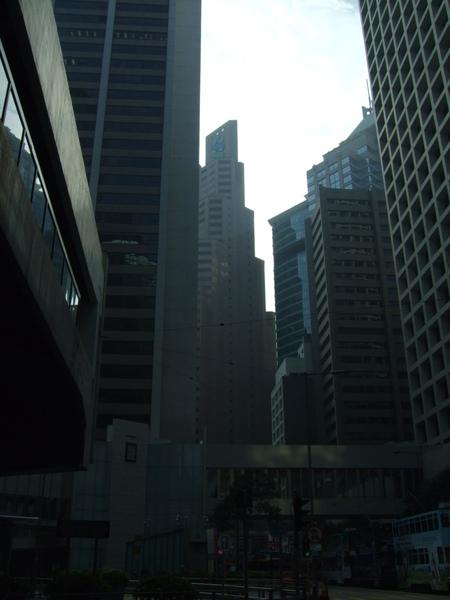 沿途的高樓大廈