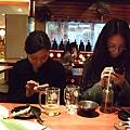 兩個人都很專心在玩iphone