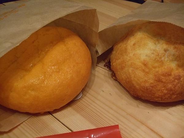 左邊是哈密瓜麵包 右邊是咖哩麵包