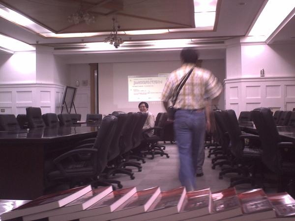 會議開始前,胖胖人的背影