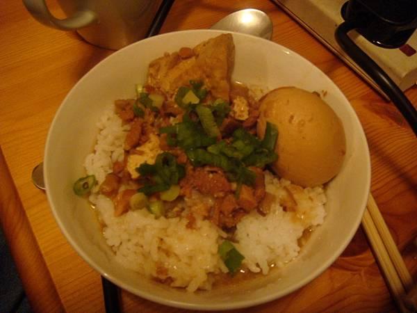 手工的魯肉飯滷蛋和油豆腐