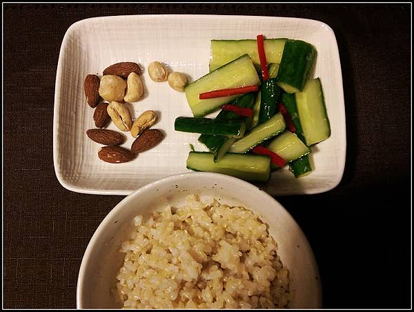 宵夜 糙米飯+涼拌小黃瓜