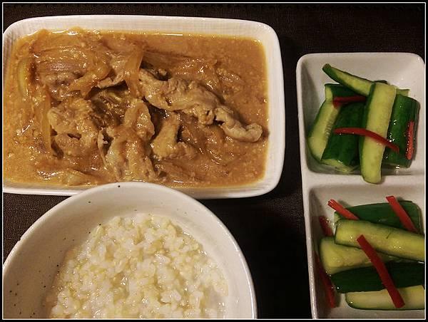 晚餐 糙米飯+味噌炒豬肉+涼拌小黃瓜