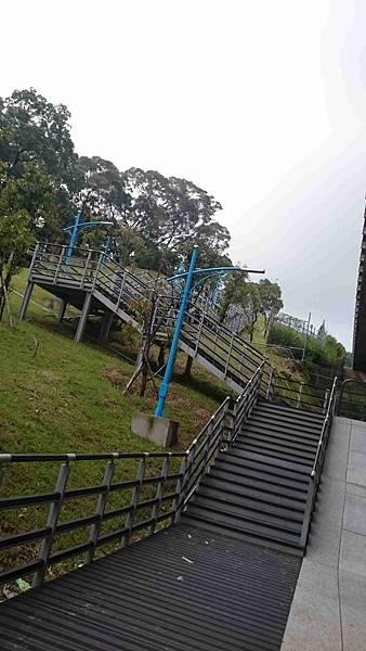 2015蘆竹區營盤環保公園看高鐵長溜滑梯9.jpg