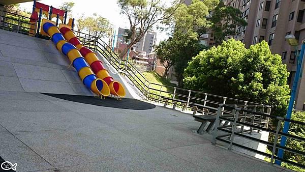2015桃園市蘆竹區營盤環保公園看高鐵長溜滑梯11.jpg