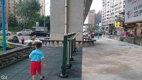 2015蘆竹區營盤環保公園看高鐵長溜滑梯3.jpg
