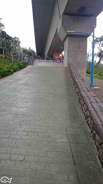 2015蘆竹區營盤環保公園看高鐵長溜滑梯5.jpg