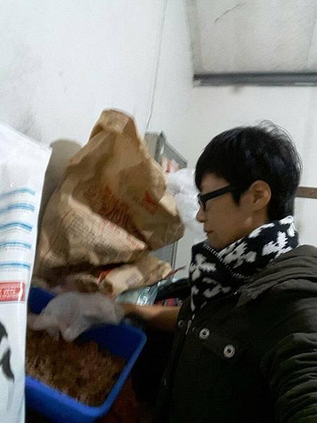 彰濱何愛媽感謝林晨美夢家族捐五包已分飼料_3190.jpg