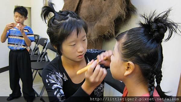 大小孩幫小孩化妝