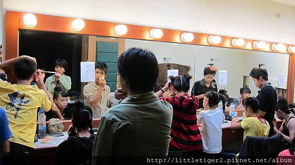 演員都要自己化妝