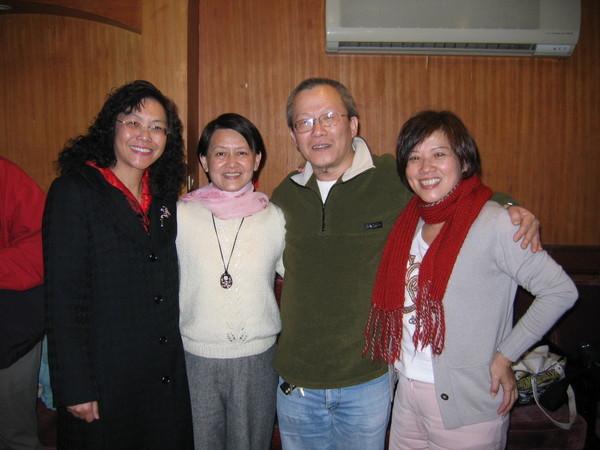我和小龔是社教系,蕭詩人數學系,錦梅國文系,搞笑一族。
