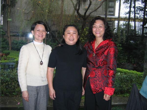 三個女生,只有小龔仍繼續為教育改革在奮鬥。