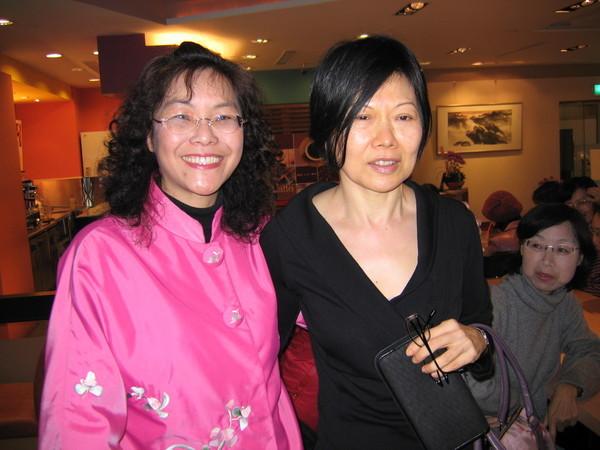 姜和我是畢業30年後第一次再見面,美麗吧?兩個資深美女。