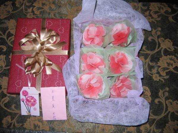 一份特別的節禮,屏東小育老師親手做的禮物,美麗的康乃馨花!