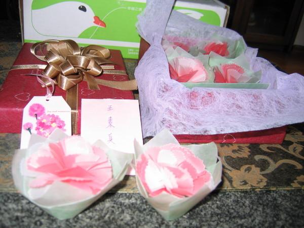 精心製作的禮物,從盒子到花朵卡片與小信封,全是純手工打造呢。