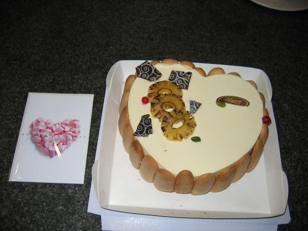 這是乾兒子成堃送的蛋糕 ,日本帝國覆盆子,味道真好。
