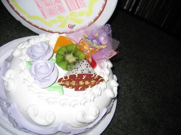 小賴同學今年新婚也成了成軍人眷屬,希望在軍眷大家庭裡甜甜蜜蜜如這蛋糕。