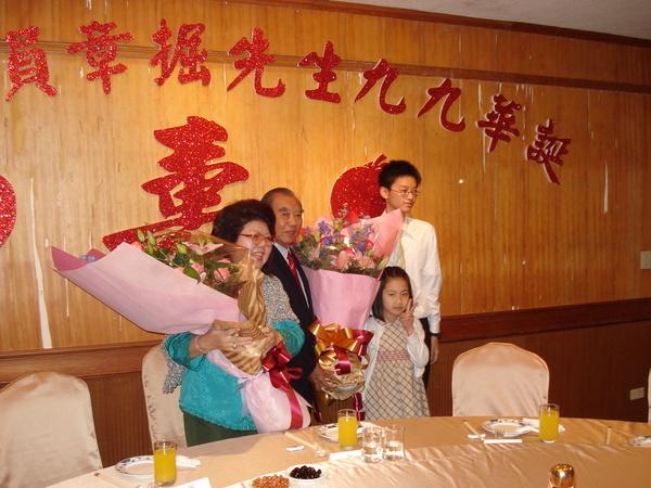 小多多是長孫代表獻花,小珮琪是要喊公公叔公祖的。