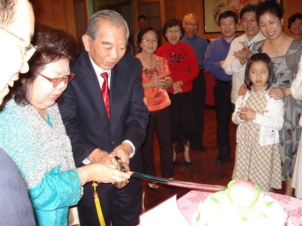公公婆婆一起切蛋糕,當晚有金門、台中、桃園、台北的親人與雅加達回來的親友近50人一起唱生日歌。