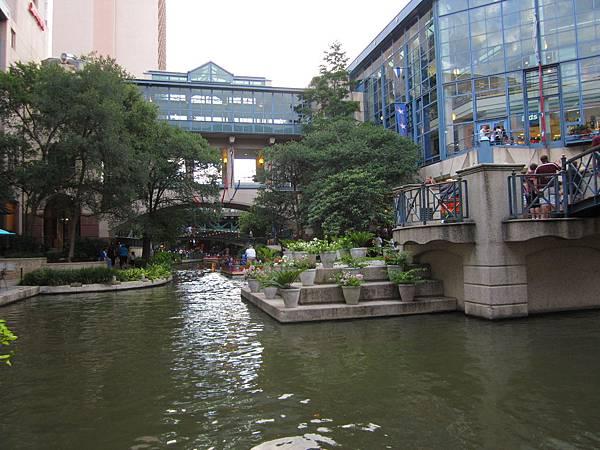 近百年前聖安東尼市政府保留了這水道,環河建築,現在是觀光經濟與自然環保成功的典範.