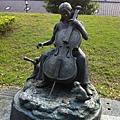 還有拉提琴的女孩與松鼠雕塑,感覺溫馨靜謐而美好.