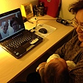 還有抱著娃兒與台北的老鄰居黃媽媽黃伯伯Skype,也是在這兒對談呢.
