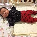 11/05六周大的娃兒,很大隻,很可愛了,會笑會玩會伊伊喔喔說不停呢.