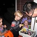 10/31洋人的萬聖節,Halloween鄰居小朋友都來要糖吃了.