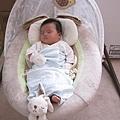 這搖籃原本可以睡到一歲,但是大寶寶現在兩個月已經睡的擁擠,腳都伸出來了.