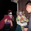 Treat or Trick?大寶準備了兩大包糖果,港元很慷慨招呼孩子們多拿一點.