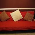 這張大紅色Futon沙發床也是大寶Iowa帶過來的家俬,一樣不帶去東岸,要拍賣了.