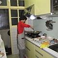 黃媽媽下廚準備家常大餐,招待我們.