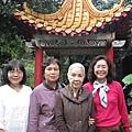 左為秋容,葉劉,右邊是我,與國寶級大師廖瓊枝老師在留仙居涼亭前合影.