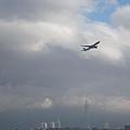 台北松山機場飛機起飛,直上雲霄.