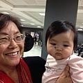四個月不見,在華盛頓杜勒斯機場,小娃兒看阿嬷,怪怪,怎麼從螢幕裡跑出來了?