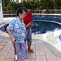 繞著泳池走兩圈。