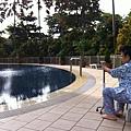 看泳池水多清澈,微風習習,平安是福,為善最樂。