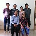 年輕人是大學生耀駿與小多兩表兄弟